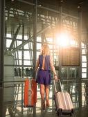 空港で荷物を持つ若い女性. — ストック写真