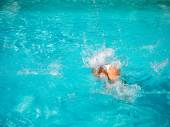 Girl diving in the swimming pool — Stock Photo