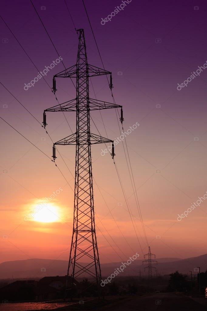 在日落时太阳电塔– 图库图片