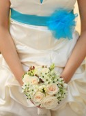 Bride in elegant cloth hold bouquet of flower — Stock Photo