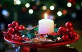 Burning candle on christmas wreath — Zdjęcie stockowe