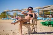 Jovem, desfrutando de sol na praia — Fotografia Stock