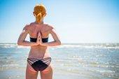 Frau tun yoga reverse namaste — Stockfoto