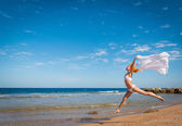 Carefree girl on the beach — Stock Photo