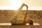 日出时的瑜伽练习 — 图库照片