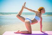 Kvinnan gör yoga — Stockfoto