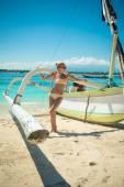 Štíhlá mladá žena na tropické pláži — Stock fotografie