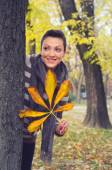 Beautiful smiling young woman in the autumn forest — Стоковое фото