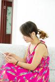 Ženy používají mobilní telefon — Stock fotografie