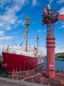 Columbia Lightship and Modern Navigational Buoy in Astoria Orego — Stock Photo