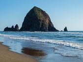 Haystack Rock at Cannon Beach Oregon USA — Stock Photo