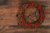 赤い果実とクリスマスの花輪 — ストック写真