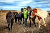 Woman tourist befriends Ponies — Stock Photo