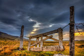 Dilapidated gate on farm — Stockfoto