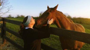 若い女性が馬をふれあい — ストックビデオ