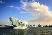 Icebergs flutuando na lagoa de jokulsarlon — Fotografia Stock