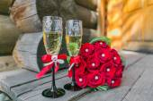 Wedding bouquete and glasses of champagne — Stock Photo