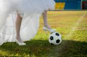 Bride plays soccer — Stock Photo