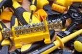 Инструменты для электрической установки на деревянной доске — Стоковое фото