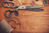 Old scissors and buttons — Stockfoto
