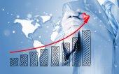 ビジネスの男性の成長のグラフを描く — ストック写真