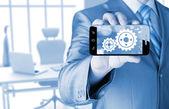 Homme d'affaires montrent des engins sur smartphone au concept de réussite — Photo