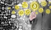Escolhendo bitcoins, botão de tela de toque de prensagem do empresário. — Fotografia Stock