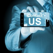 Business man hand holding smartphone with the message contact us — Stock fotografie