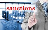 Homme d'affaires touche des sanctions sur les écrans virtuels — Photo