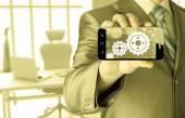 Бизнесмен Показать передач на смартфон успех концепции — Стоковое фото