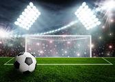 Fotbalový míč na zelené stadionu arena — Stock fotografie