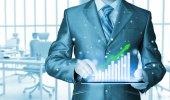 Obchodní muž pomocí tabletového počítače pro práci s finanční údaje — Stock fotografie