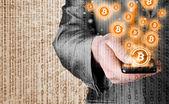 Mão com símbolo de telefone e bitcoin inteligente móvel — Fotografia Stock
