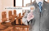 Online utbildning skriven i sökfältet på virtuella skärmen. — Stockfoto