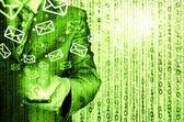 деловой человек холдинг смарт-телефона и отправка электронной почты — Стоковое фото