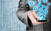 Mano con il cellulare smart phone e simbolo bitcoin — Foto Stock
