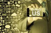 бизнес человек рукой, держащей смартфон с контакта сообщение нам — Стоковое фото