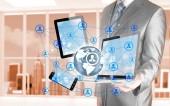 деловой человек с помощью tablet pc и smartphone социальные связи — Стоковое фото