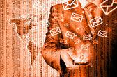 ビジネスの男スマート フォンを保持し、メールを送信します。 — ストック写真