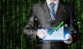 Geschäftsmann, arbeiten mit finanzdaten mit tablet pc — Stockfoto