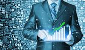 деловой человек с помощью планшетного компьютера для работы с финансовыми данными — Стоковое фото
