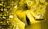 Main avec mobile smart phone et bitcoin symbole — Photo