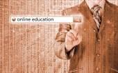 Formazione online scritto nella barra di ricerca sullo schermo virtuale. — Foto Stock