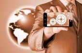 Biznesmen Pokaż biegu na smartphone do sukcesu koncepcji — Zdjęcie stockowe