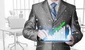 Affärsman med tablet pc-datorn arbetar med finansiella uppgifter — Stockfoto