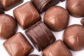 Темный шоколад на белом фоне — Стоковое фото