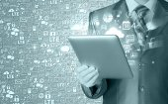 Man using tablet computer — Stock Photo