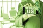 Negocio hombre mano smartphone con el contacto de mensaje nos — Foto de Stock