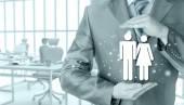 保护家庭保险概念的商人 — 图库照片
