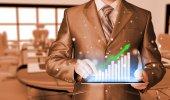 商人使用平板电脑来处理财务数据 — 图库照片